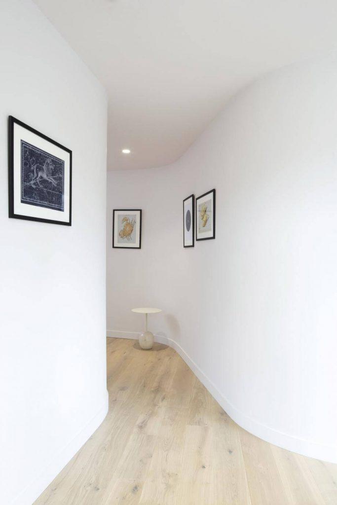 Couloir de Exit Here par Transit Studio