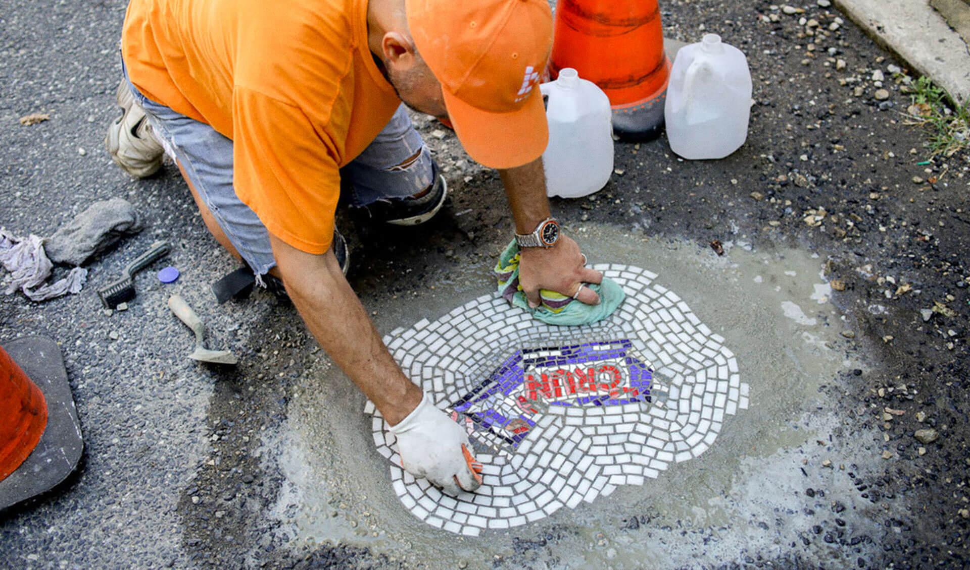 Artiste Jim Bachor comble les nids-de-poule en mosaique