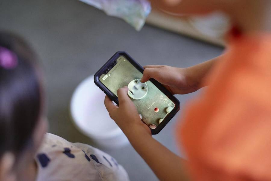 Des enfants jouent avec l'application Earth Speaker de Olafur Eliasson