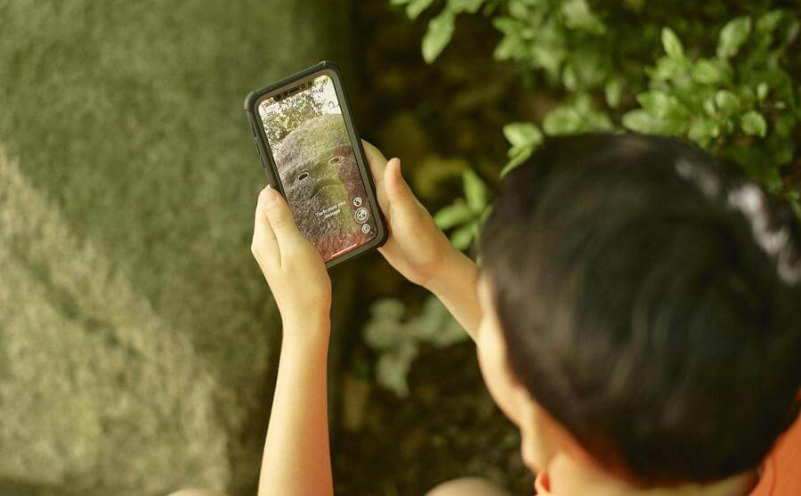 Un enfant teste l'application Earth Speaker de Olafur Eliasson